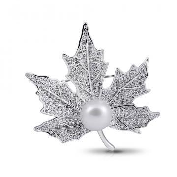 Брошь Кленовый лист из серебра с жемчугом и фианитами